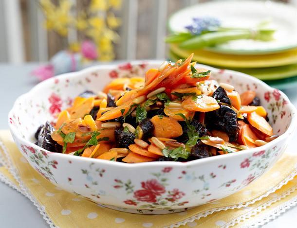 Möhren-Pflaumensalat mit Pinienkernen Rezept