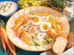 Möhren-Sellerie-Rohkost mit gekochtem Ei Rezept