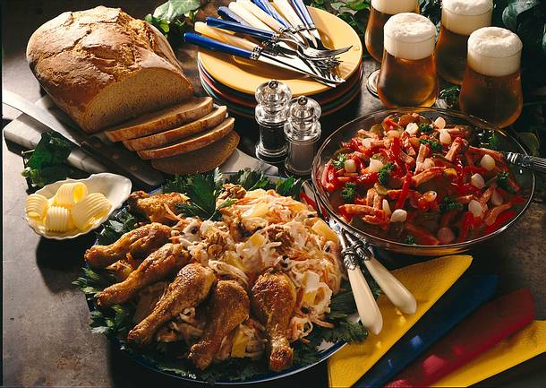 Möhren-Sellerie-Salat mit Hähnchenkeulen Rezept