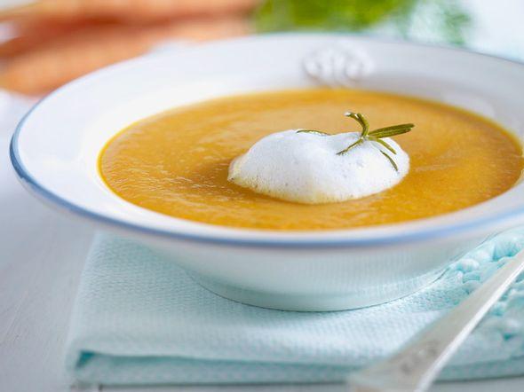 Möhren-Tomaten-Suppe mit Rosmarin-Milchschaum Rezept