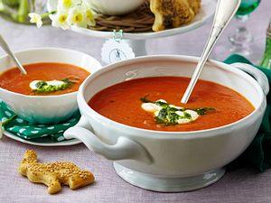Möhren-Tomatensuppe mit Pesto Rezept