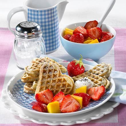 Mohnwaffeln mit Erdbeer-Mango-Ragout Rezept