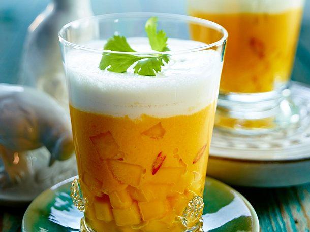 Möhren-Mango-Suppe mit Cremehaube