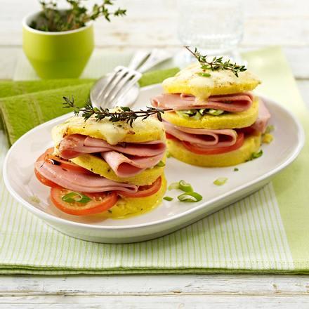 Mortadella-Thymianpolenta-Türmchen mit Tomate, Lauchzwiebel und Mozzarella Rezept