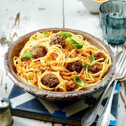 Mozzarella-Sesam-Hackbällchen auf Spaghetti Rezept