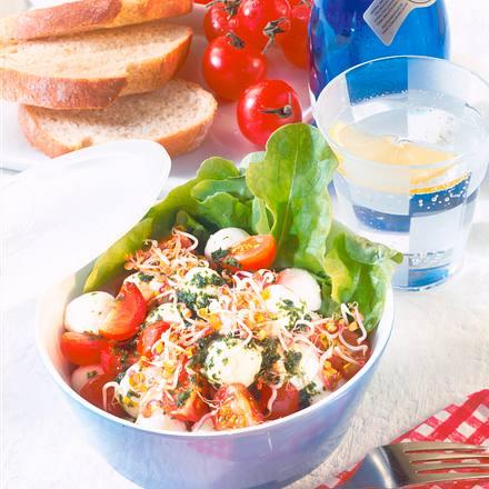 Mozzarella-Tomaten-Salat mit Basilikum-Knoblauch-Öl Rezept