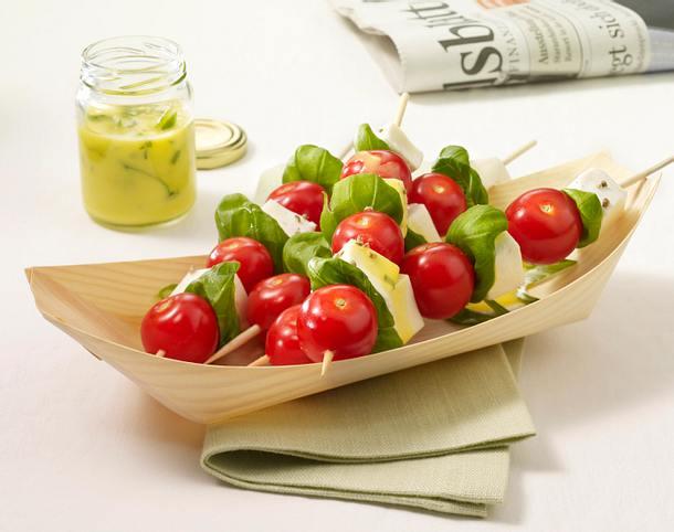 Mozzarella-Tomaten-Spieße mit Basilikumsoße Rezept