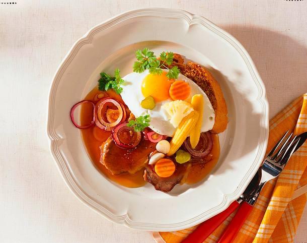 Münchner Zwiebelfleisch mit Spiegelei Rezept