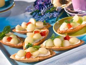 Mürbeteigschiffchen mit Melonenkugeln und Himbeeren Rezept