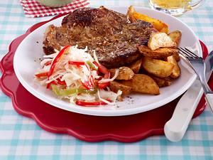 Nackenkotelett mit Kartoffelspalten und Krautsalat Rezept