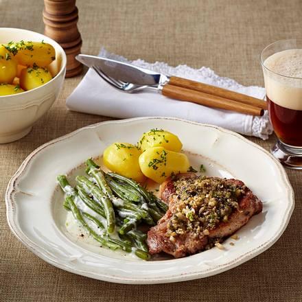 Nackenkoteletts mit Pilz-Zwiebelkruste, Rahmbohnen und Petersilienkartoffeln Rezept