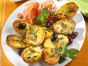 Neue Kartoffeln aus dem Backofen mit Parmaschinken und zweierlei Dip Rezept