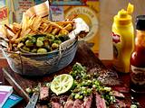 New York City Style Steak mit Chimichurri-Soße, Rosenkohl und Skinny Fries Rezept