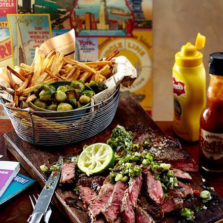 New York City Style Steak mit Chimichurri-Soße, Rosenkohl und Skinny Fries Rezept