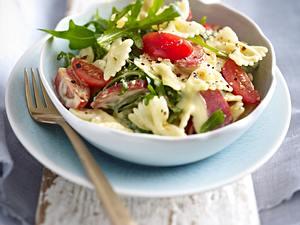Nudel-Cabanossi-Salat mit Tomaten und Rauke Rezept