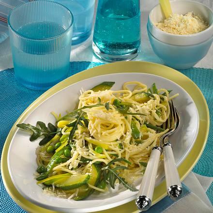 Nudel-Gemüse-Platte mit Spaghettini, Porree, Zucchini, Zuckerschoten, Erbsen, Rauke und Parmesan Rezept