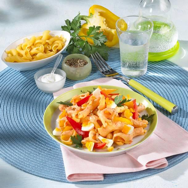 Nudel-Paprika Salat mit Ei Rezept