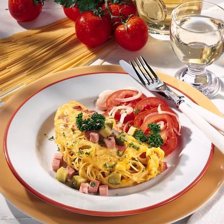 Nudel-Schinken-Omelett mit Gartensalat Rezept