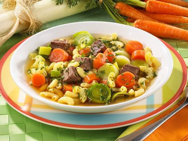 Nudeleintopf mit Rindfleisch, Möhren und Porree Rezept
