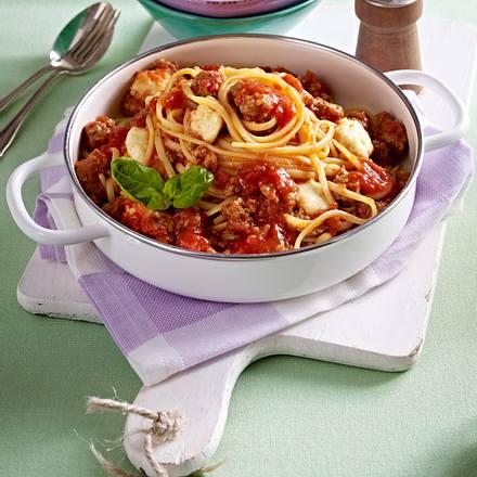 Nudeln in Hack-Tomatensoße und Mozzarella Rezept