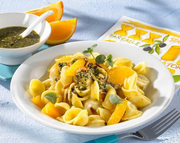 Nudeln in Orangen-Ingwer-Sahnesoße mit Minzpesto und Pinienkernen Rezept