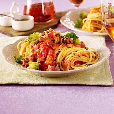 Nudeln in Tomaten-Speck-Soße Rezept