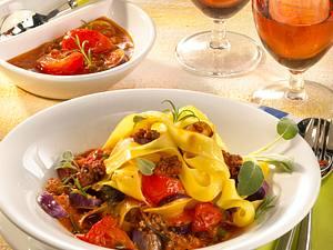 Nudeln mit Gemüse-Hacksoße Rezept