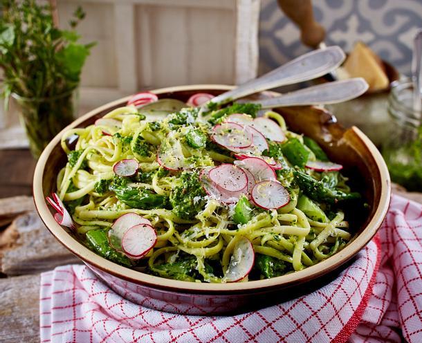 Nudeln mit grünem Spargel und Spinat-Pesto Rezept