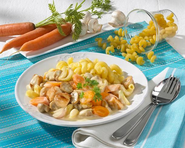 Nudeln mit Hähnchen-Pilz-Rahm-Soße mit Möhren Rezept