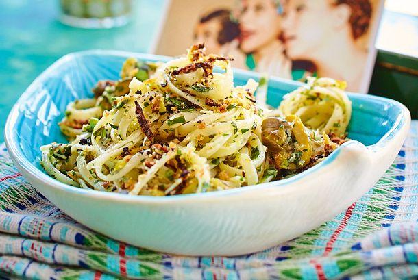 Nudeln mit Oliven, Kapern und Zucchini