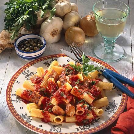 Nudeln mit Putenschnitzelwürfeln in Tomaten-Kapern Rezept