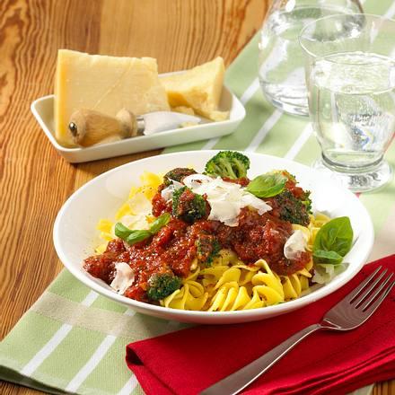 Nudeln mit scharfer Tomatensoße und Brokkoli Rezept