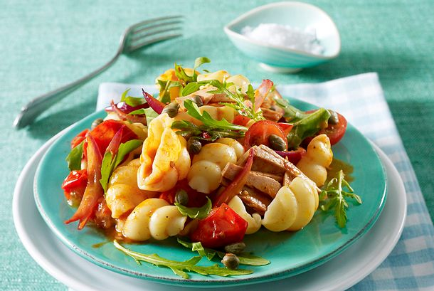 Nudeln mit Thunfisch in Tomaten-Kapern-Soße Rezept