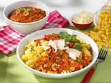 Nudeln mit Tomaten-Hack-Soße und Parmesan Rezept