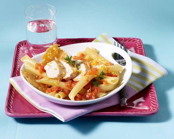 Nudeln mit Tomaten-Zitronensoße und Hähnchenfilet Rezept