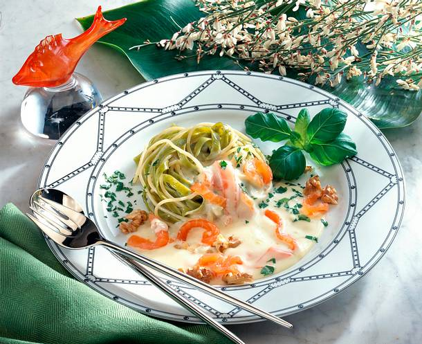 Nudelnester mit Lachs-Sahne-Soße Rezept