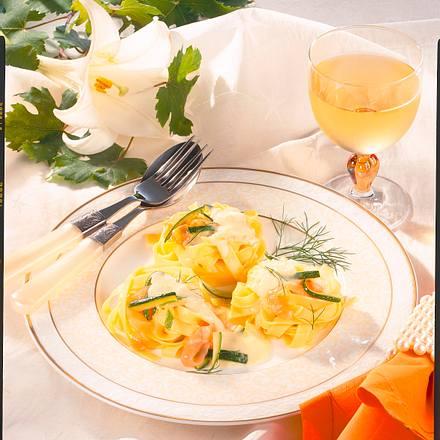 Nudelnester mit Lachs-Zucchini-Rahm Rezept