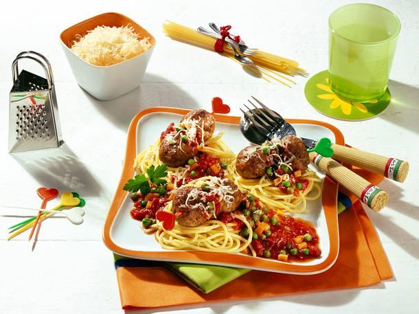 Nudelnester mit Tomaten-Gemüse-Soße und Hackbällchen Rezept