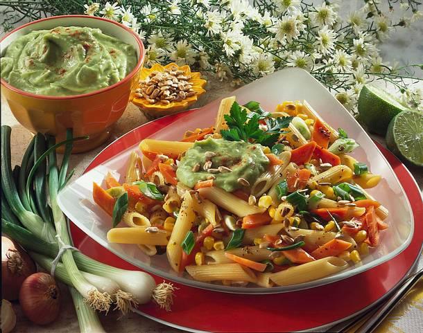 Nudelsalat mit Avocado-Dip Rezept