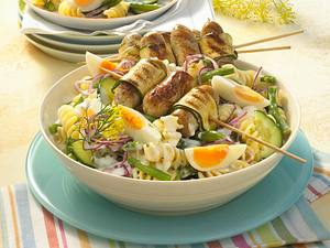 Nudelsalat mit gegrillten Wurstspießen Rezept