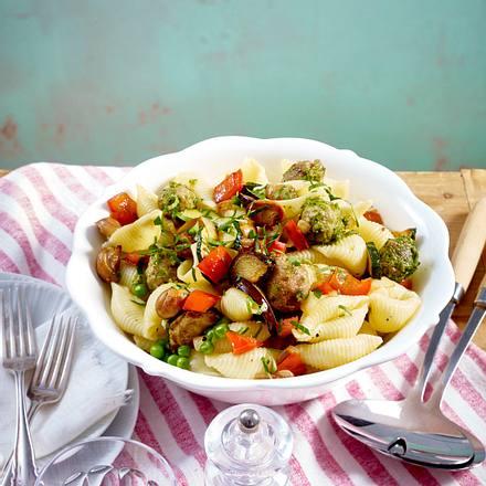 Nudelsalat mit geröstetem Gemüse und Pesto-Brätbällchen Rezept