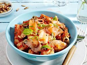 Nudelsalat mit Graved Lachs und Tomaten-Kapern-Soße Rezept