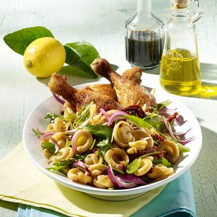 Nudelsalat mit Hähnchenkeulen Rezept