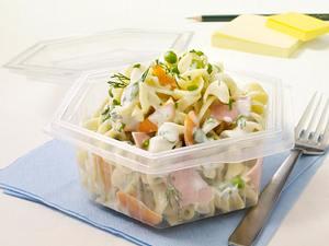 Nudelsalat mit Möhren, Erbsen, Kochschinken und Kräuter-Joghurt-Soße Rezept