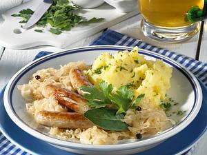 Nürnberger Rostbratwürstchen mit Riesling-Sauerkraut und Kartoffelmus Rezept