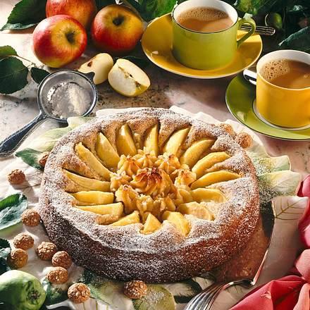Nuss-Apfelkuchen mit Makronenfüllung Rezept