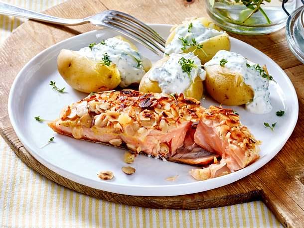 Nuss-Lachs mit Pellkartoffeln und Kräuterquark Rezept