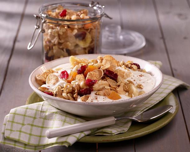 Nuss-Müsli mit Flakes, Joghurt und Trockenobst Rezept