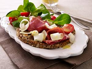 Nussbrot-Happen mit Schinken und Salat Rezept