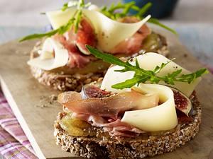 Nussbrot mit Schinken, Käse und Feigensenf Rezept